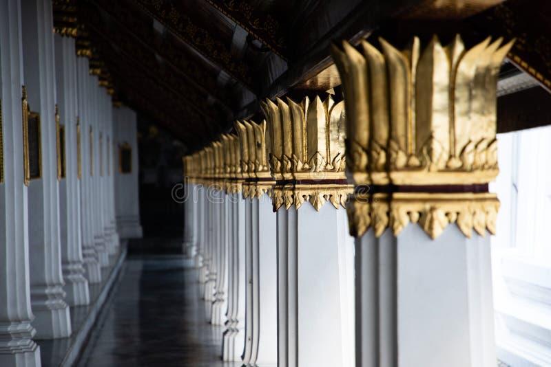 Zamknięty widok białe i złociste kolumny w Szmaragdowej Buddha świątyni fotografia royalty free