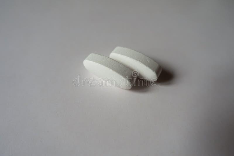 Zamknięty widok 2 dużego białego caplets wapnia cytrynian obraz royalty free