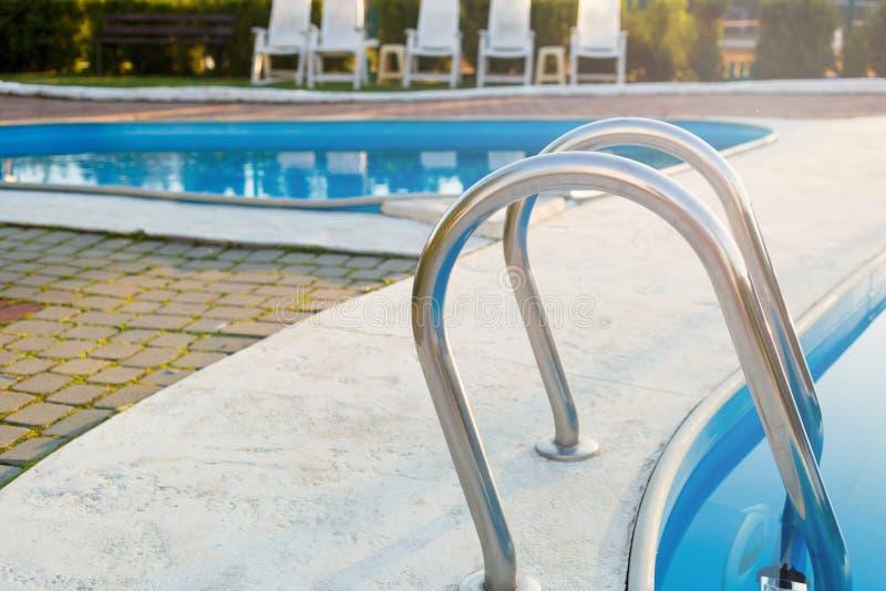 Zamknięty widok nowożytny basen przy zmierzchem przy hotelem Światło słoneczne przy powierzchnią Wakacje, wakacje, relaksuje, lat zdjęcia stock