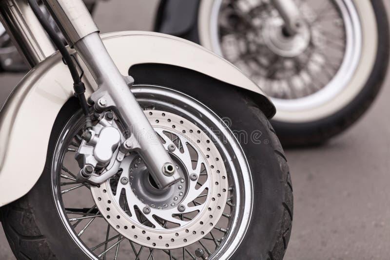 Zamknięty widoku szczegół błyszczący szczegóły klasyczny motocykl Zamyka up koło obrazy royalty free