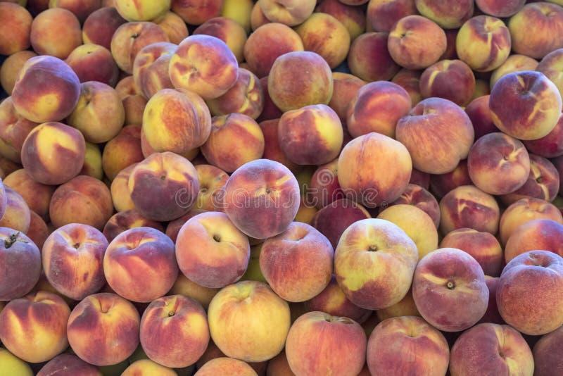 zamknięty zamknięte brzoskwinie Wczesny poranek w rolnika rynku Kolorowy owocowy tło obrazy stock