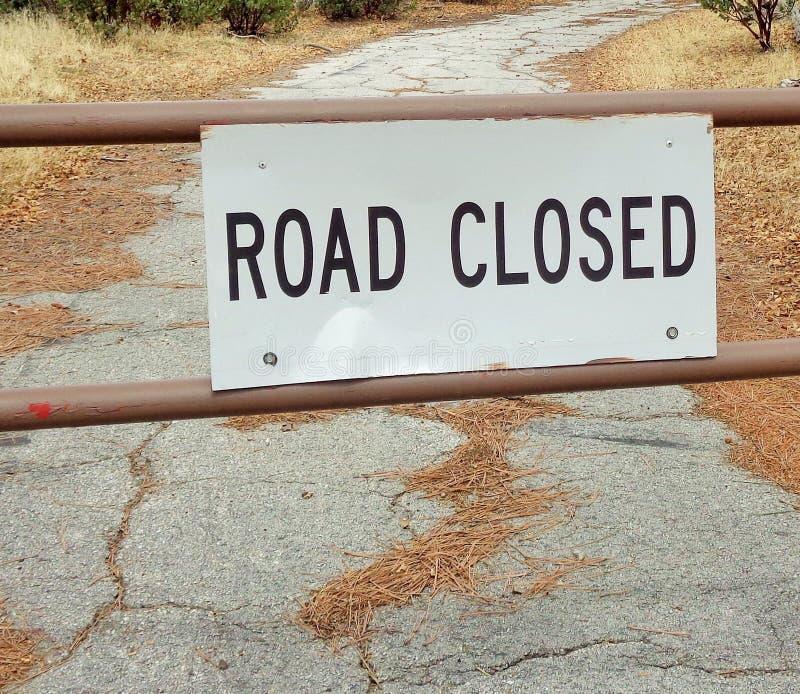 Zamknięty znak na Lasowej drodze 2 zdjęcia royalty free