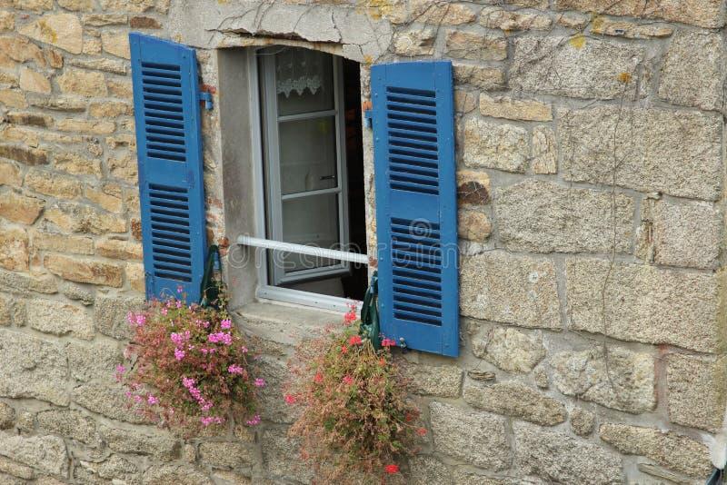 Download Zamknij okno niebieski obraz stock. Obraz złożonej z francja - 57663395
