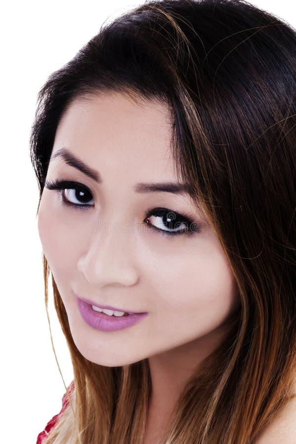 Zamknij Pionową Atrakcyjną Azjatycką Kobietę Na Białym Tle zdjęcia royalty free