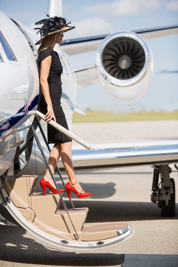 Zamożna kobieta Wyokrętuje Intymnego strumienia zdjęcia royalty free