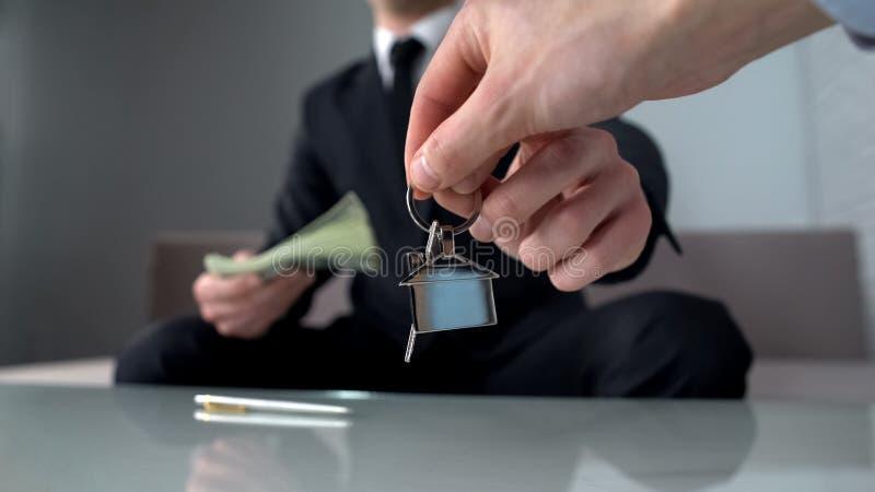 Zamożny mężczyzna bierze klucze tworzy agenta nieruchomości, kupujący nowego mieszkanie lub biuro fotografia royalty free