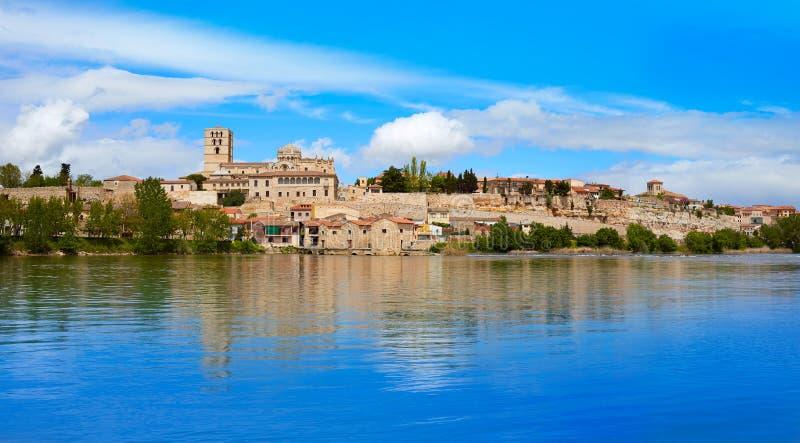 Zamora horizon door de rivier van Duero van Spanje stock foto