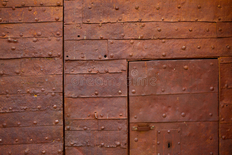 Zamora o detalhe oxidado da porta do castelo na Espanha fotografia de stock