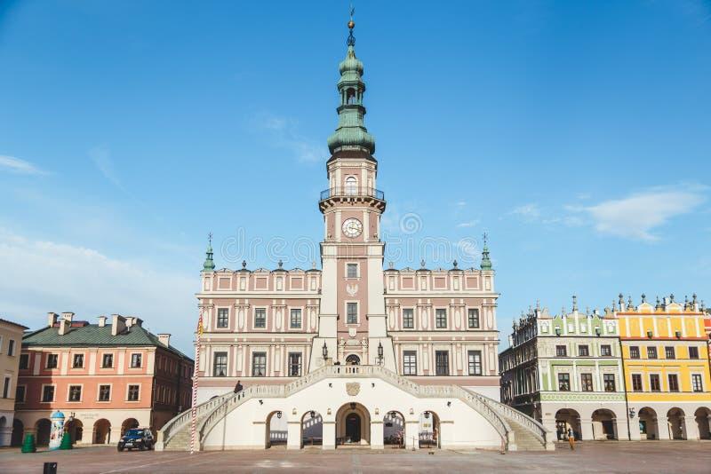 Zamosc,波兰11月19日2016年:必须看地方在老城市,大广场的城镇厅 库存图片
