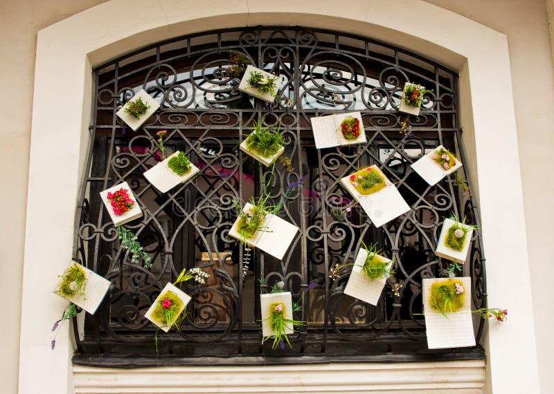 Zamosc Polonia: una finestra storica di vecchio ristorante della città ha decorato immagini stock libere da diritti