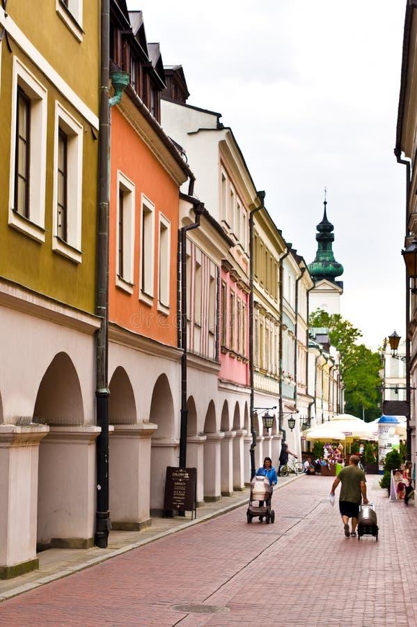 Zamosc Polonia: vecchio dettaglio delle costruzioni della città con le colonne caratteristiche fotografia stock libera da diritti