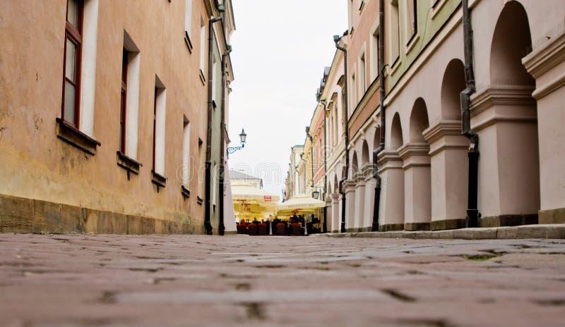 Zamosc Polonia: vecchio dettaglio delle costruzioni della città con le colonne caratteristiche immagini stock