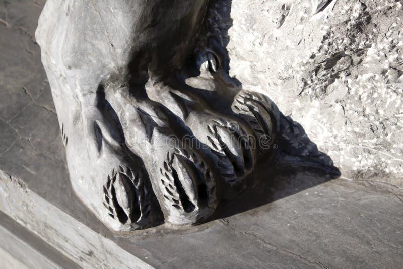Zampa posteriore del primo piano grigio della statua del leone del granito fotografia stock libera da diritti