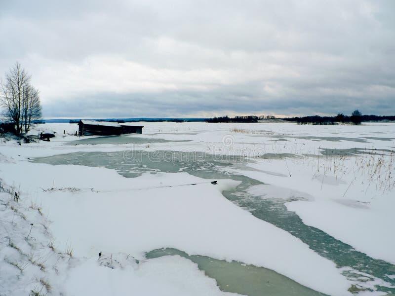 Zamraża w rzece, zima nad stawem zdjęcie stock