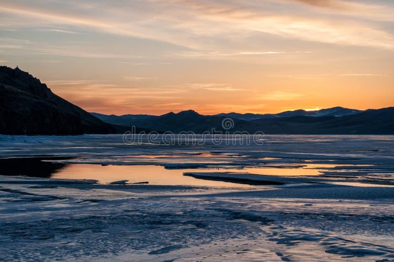 Zamraża i nawadnia blisko góry na zamarzniętym Jeziornym Baikal przed wschodem słońca obraz royalty free
