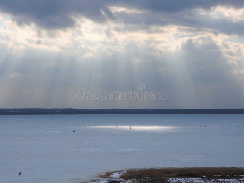 Zamraża zamarzniętego jezioro na Pogodnym zima dniu w Rosja Białe chmury w niebieskim niebie i śnieg Piękny zimy landscape obraz stock