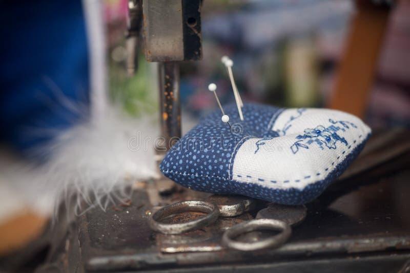 Zamyka do handmade pincushion, selekcyjna ostrość obraz royalty free