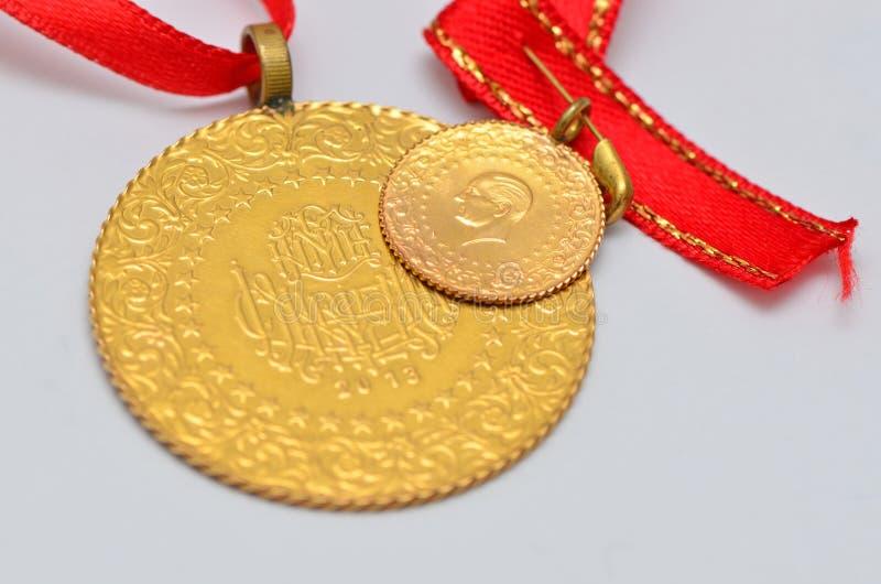 Zamyka do Tureckiej tradycyjnej złocistej monety zdjęcie royalty free