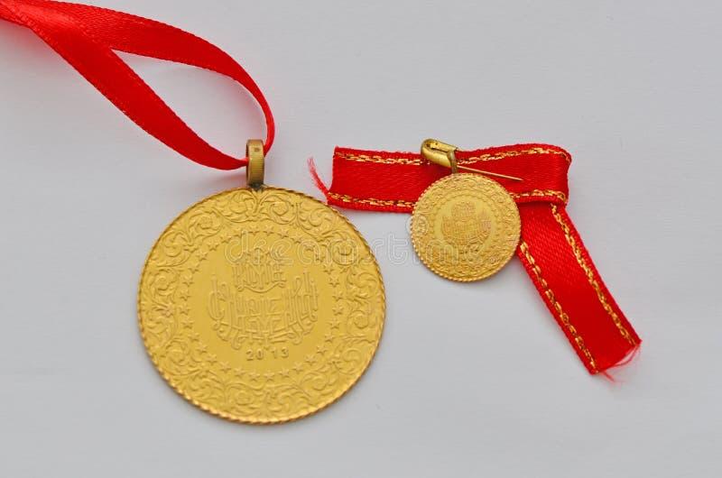 Zamyka do Tureckiej tradycyjnej złocistej monety obrazy stock