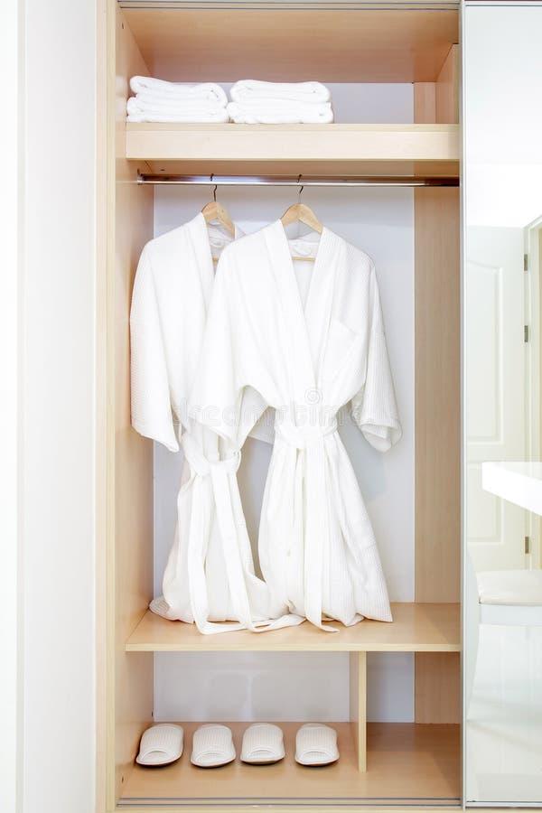 Zamyka garderoba bliźniaków bathrobe w garderobie obraz stock