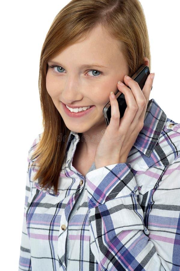 Zamyka telefon ładna dziewczyna target912_0_ na telefonie obrazy royalty free