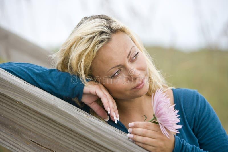 Download Zamyka Twarzy ładnego Główkowanie W Górę Kobiety Potomstw Zdjęcie Stock - Obraz złożonej z migreny, uśmiech: 13329866
