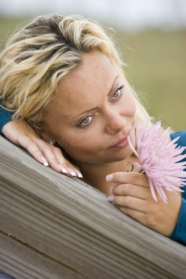 Download Zamyka Twarzy ładnego Główkowanie W Górę Kobiety Potomstw Zdjęcie Stock - Obraz złożonej z dosyć, ramiona: 13329868