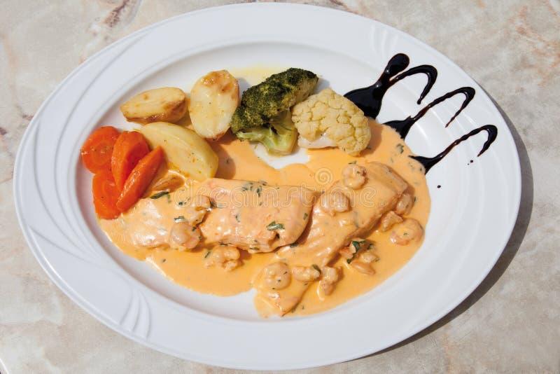 Zamyka up łosoś z homara kumberlandem, mieszany warzywo zdjęcia stock