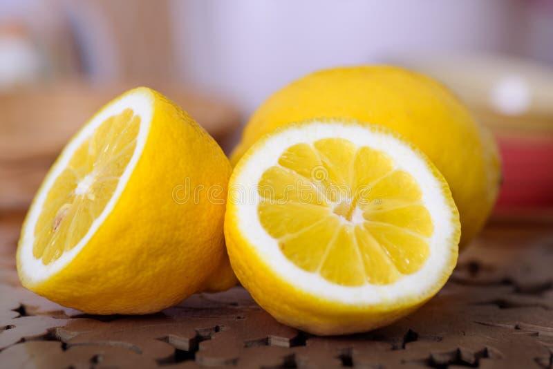Zamyka up żółte dojrzałe cytryny obraz stock
