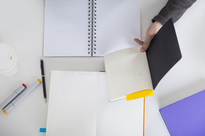 Zamyka up żeński projektanta działanie obrazy stock
