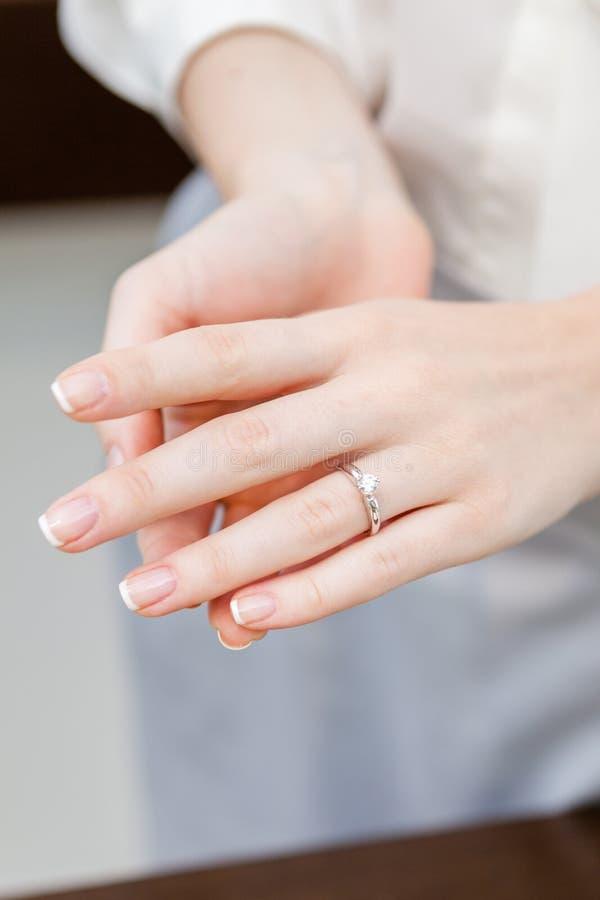 Zamyka up żeńskie ręki z pierścionkiem obraz stock
