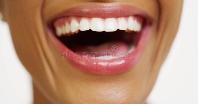 Zamyka up Afrykańska kobieta z biały zębów ono uśmiecha się zdjęcie royalty free
