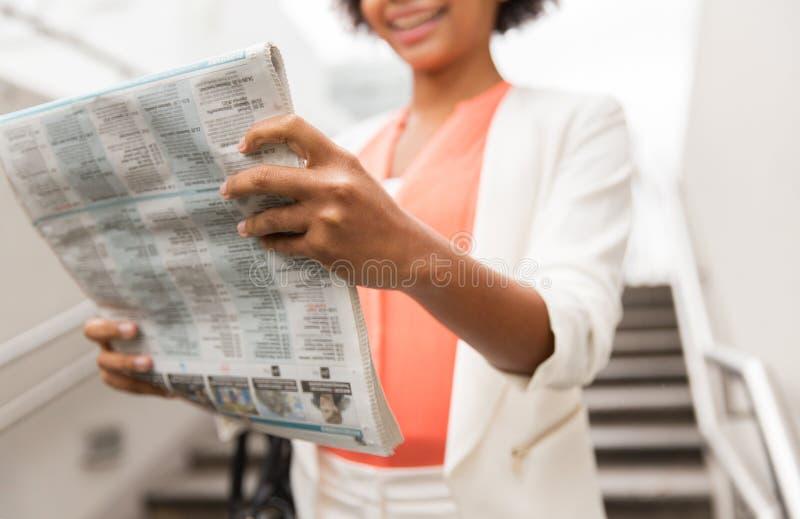 Zamyka up afrykańskiej kobiety czytelnicza gazeta obrazy stock