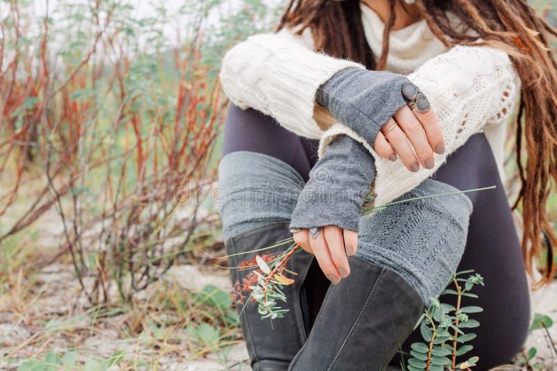 Zamyka up atrakcyjna młoda kobieta w białym pulowerze outdoors obraz royalty free