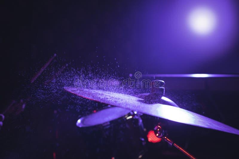 Zamyka up bębenu set w iluminującym klubie nocnym zdjęcia royalty free