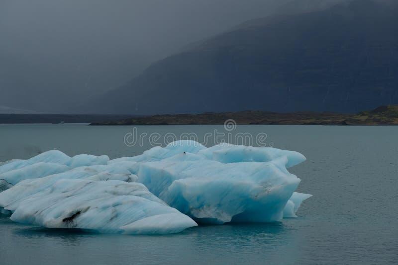 Zamyka up błękitne góry lodowa przy Jökulsà ¡ rlà ³ n glacjalną laguną, Iceland, blisko do lodowa obrazy stock