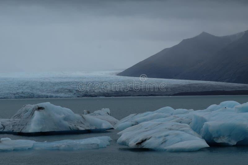 Zamyka up błękitne góry lodowa przy Jökulsà ¡ rlà ³ n glacjalną laguną, Iceland, blisko do lodowa fotografia royalty free