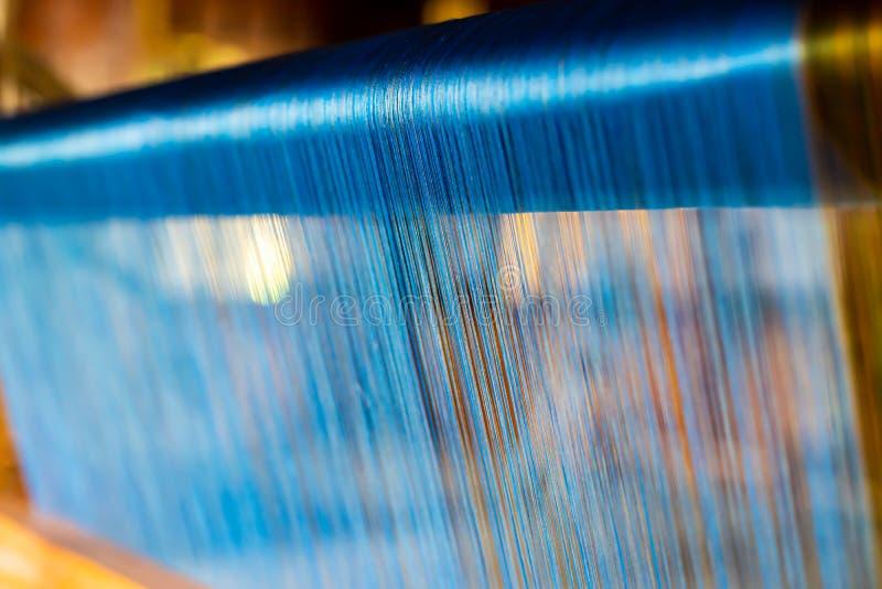 Zamyka Up Błękitny jedwab na tkactwo maszynie Tajlandzkim traditiona i obrazy royalty free