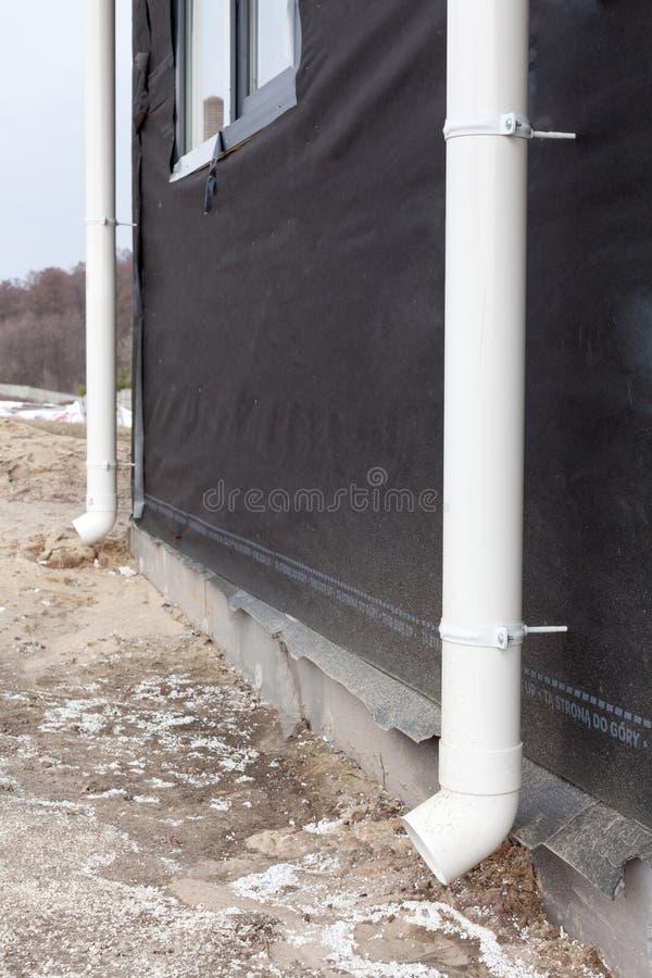 Zamyka up bielu deszczu rynny system zdjęcie royalty free