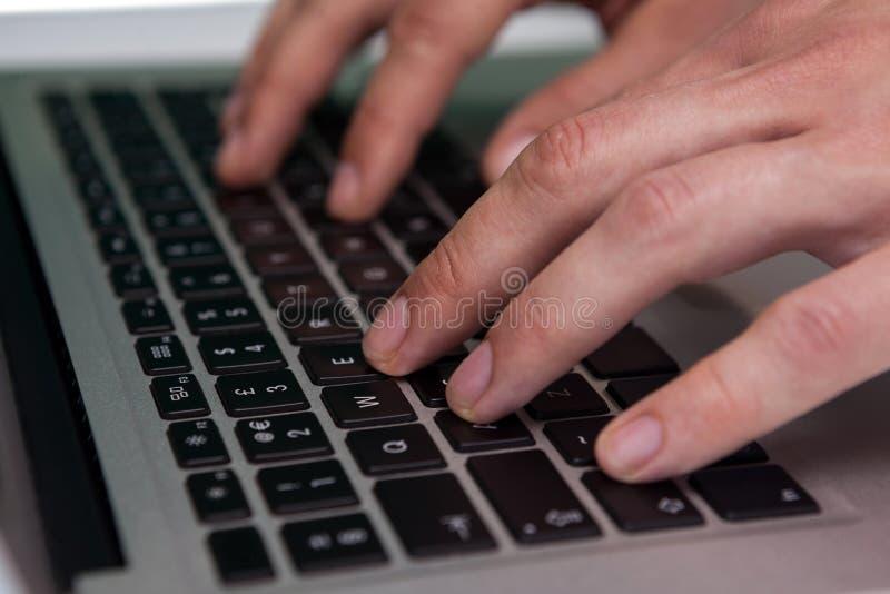 Zamyka up biznesmen pisać na maszynie na laptopie zdjęcia royalty free