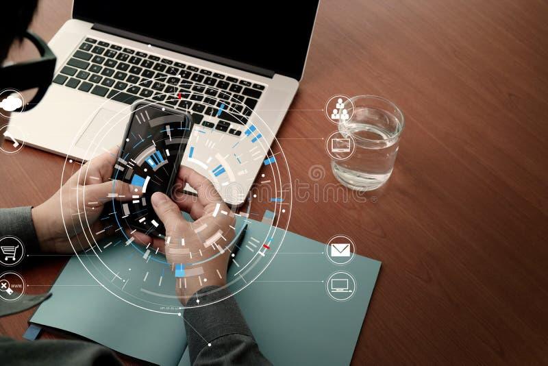zamyka up biznesmen pracuje z mądrze telefonem i cyfrową zakładką zdjęcia royalty free