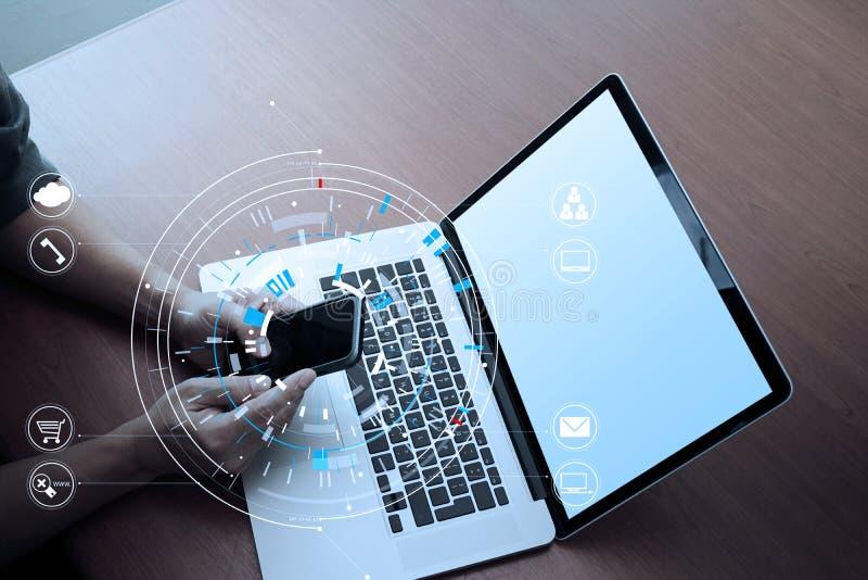 zamyka up biznesmen pracuje z mądrze telefonem i cyfrową zakładką obraz stock