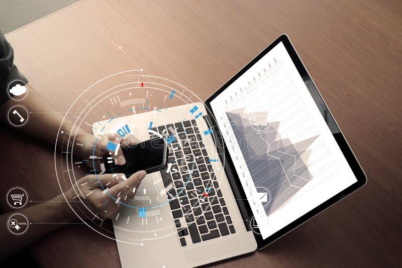 zamyka up biznesmen pracuje z mądrze telefonem i cyfrową zakładką zdjęcie stock
