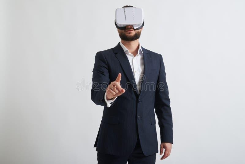 Zamyka up biznesmen w rzeczywistość wirtualna szkłach który próbujący fotografia stock