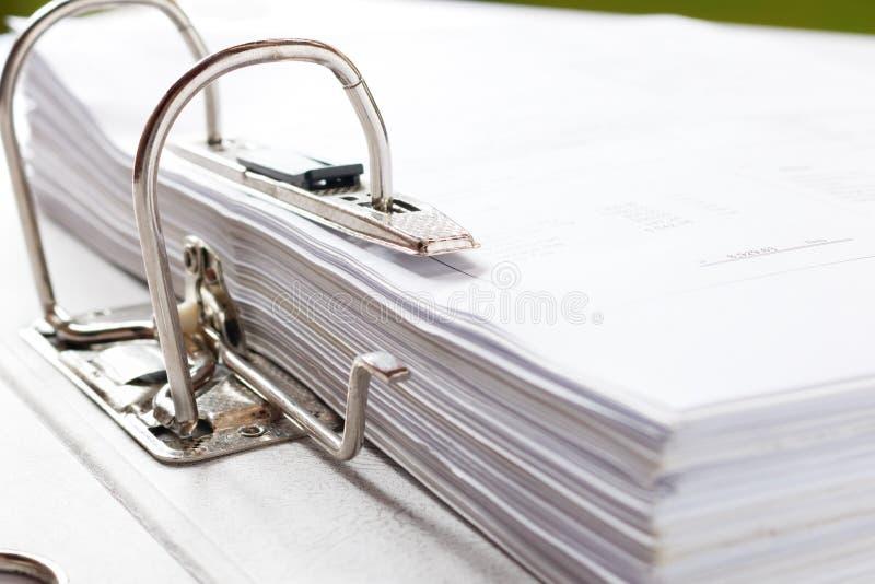 Zamyka up biznesowa kartoteki falcówka z dokumentami, magazyn co zdjęcia stock