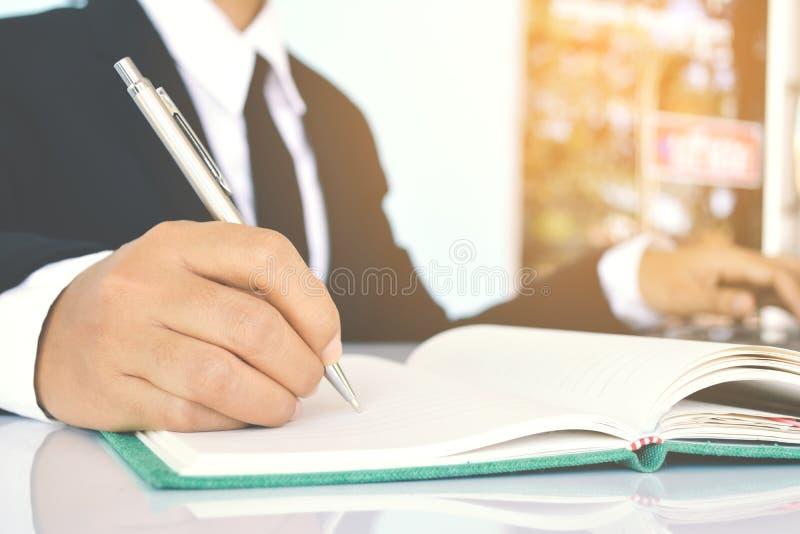 Zamyka up bizneswomany pisze na błękitnym tle obraz stock