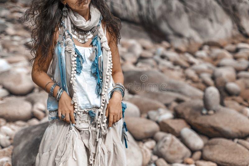 Zamyka up boho projektująca kobieta na tropikalnej plaży z białym pebbl zdjęcie stock