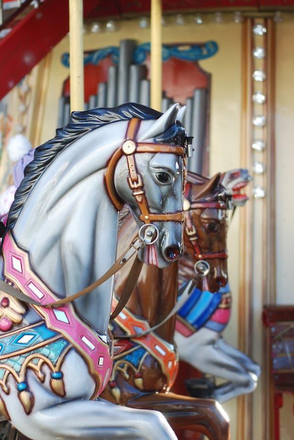 Zamyka up Carousel koń przy światłem dziennym Kolorowa szyja Przeciw Kolorowemu Zamazanemu tłu i głowa zdjęcia stock