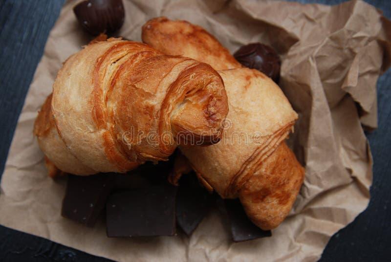 Zamyka up Croissant lub Stacza się Brown rzemiosła papier, zasięrzutny widok Śniadaniowy jedzenie fotografia stock