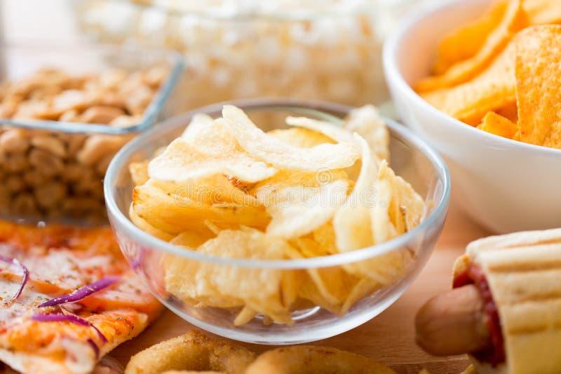 Zamyka up crunchy kartoflani chipsy w szklanym pucharze zdjęcie royalty free